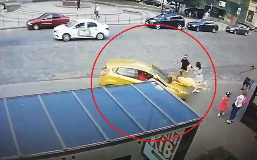 """Policija pakraupo: """"Ford Fiestos"""" vairuotojas moterį viešojo transporto stotelėje partrenkė dukart"""