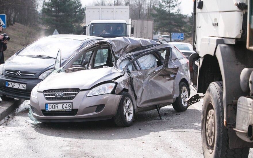 Vilniaus rajone susidūrė sunkvežimis ir du automobiliai, ugniagesiai gelbėjo žmogų