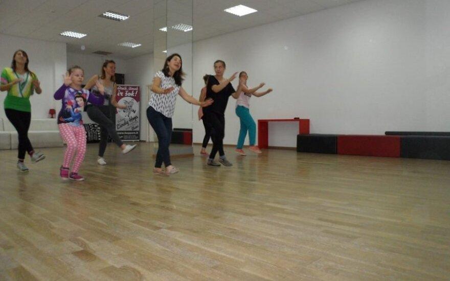 Vaikų socializacijos centro merginos šoko lindihopą