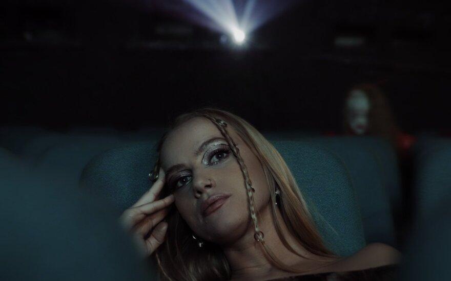 Angelou, kadras iš vaizdo klipo
