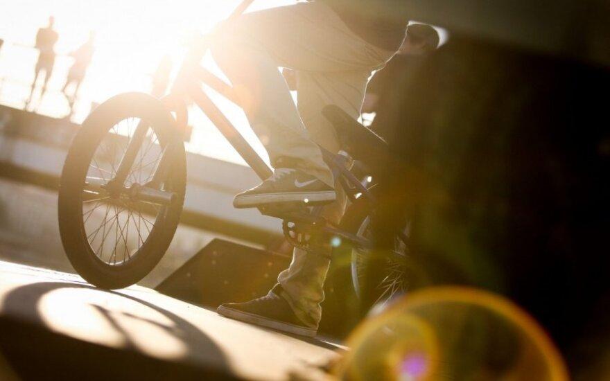 STT darbuotojas automobilio durimis partrenkė dviratininką