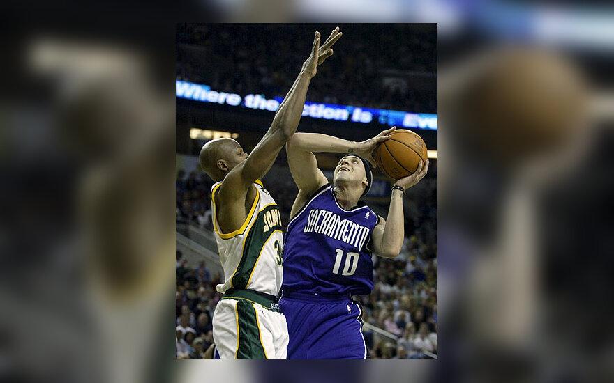 """""""Sacramento Kings"""" žaidėjas Mike'as Bibby meta per iškeltas """"Seattle SuperSonics"""" krepšininko Ray'aus Alleno rankas"""