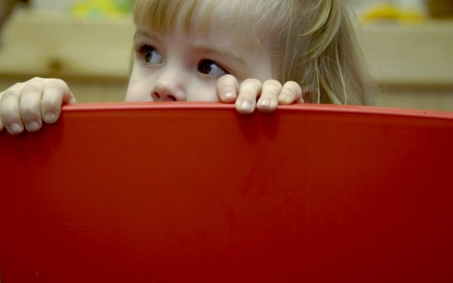 vaikas, mergaitė, baimė, slėpynės
