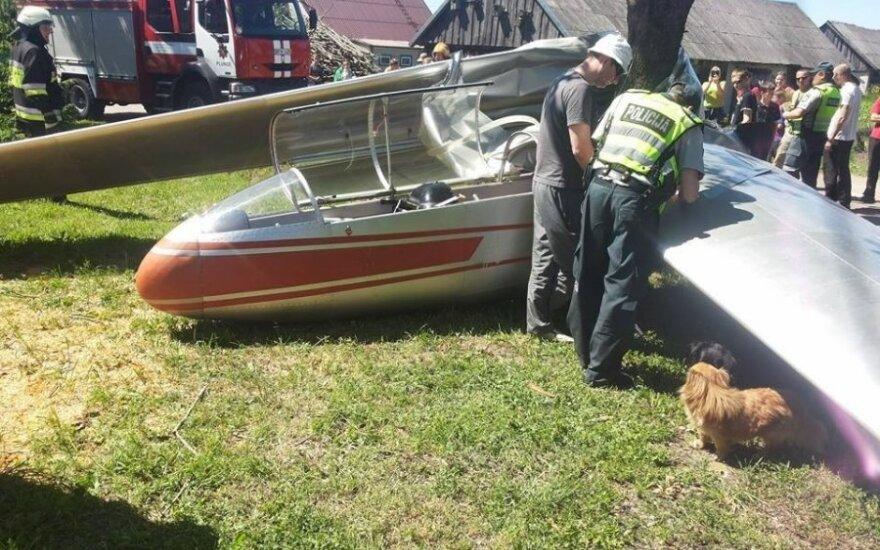 Sodybos kieme sudužus sklandytuvui, gelbėtojai nesėkmingai ieškojo jo variklio ir bėgančio kuro