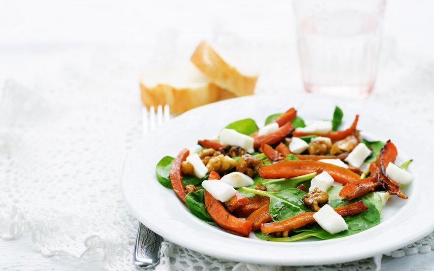 Morkų, špinatų ir mocarelos salotos
