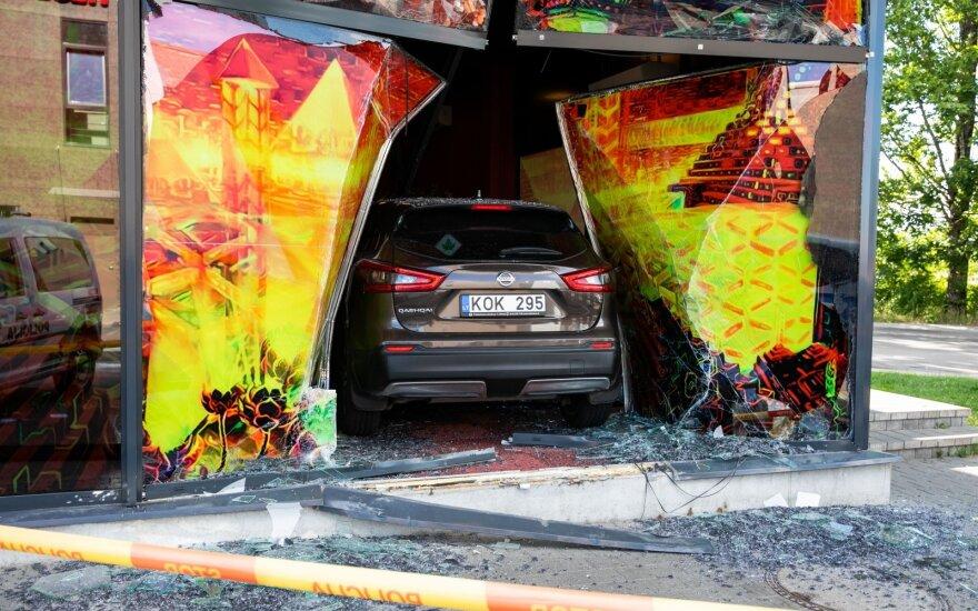 Vilniuje vairuotoja supainiojo pedalus ir per vitriną įvažiavo į naujutėlį lošimo saloną