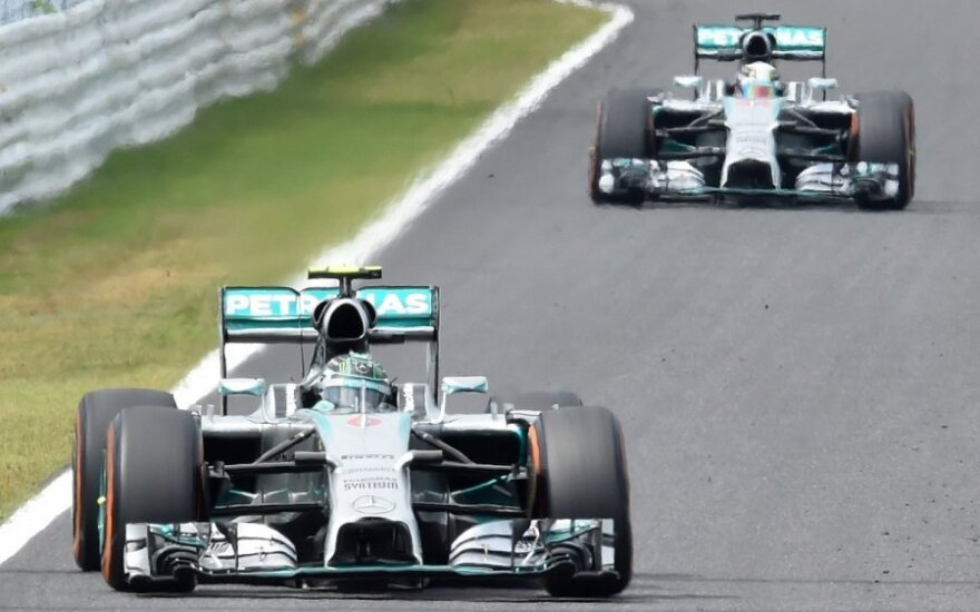 """Mercedes"" komandos pilotrai Suzukos trasoje"