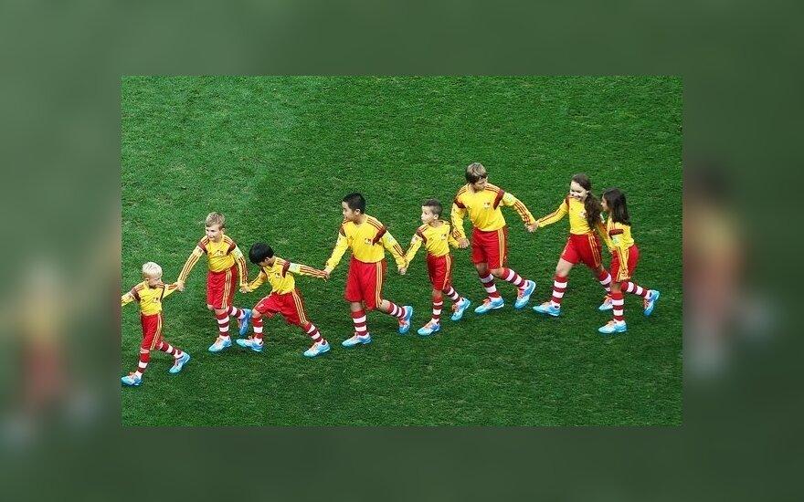 Futbolininkus lydintis vaikai prieš rungtynes
