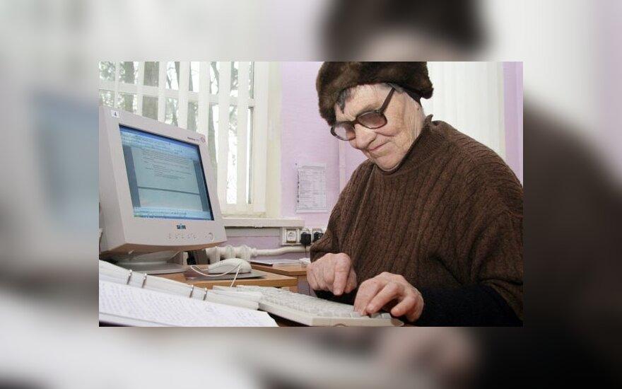 Pagėgiškė rašytoja Bronė Savickienė Pagėgių bibliotekoje. 2004-2010 m. bibliotekos archyvo nuotrauka
