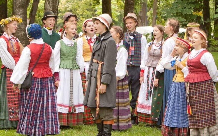 Dainų šventės Folkloro diena: su ugnimi, varpais, milžinais ir tradicijų gausa