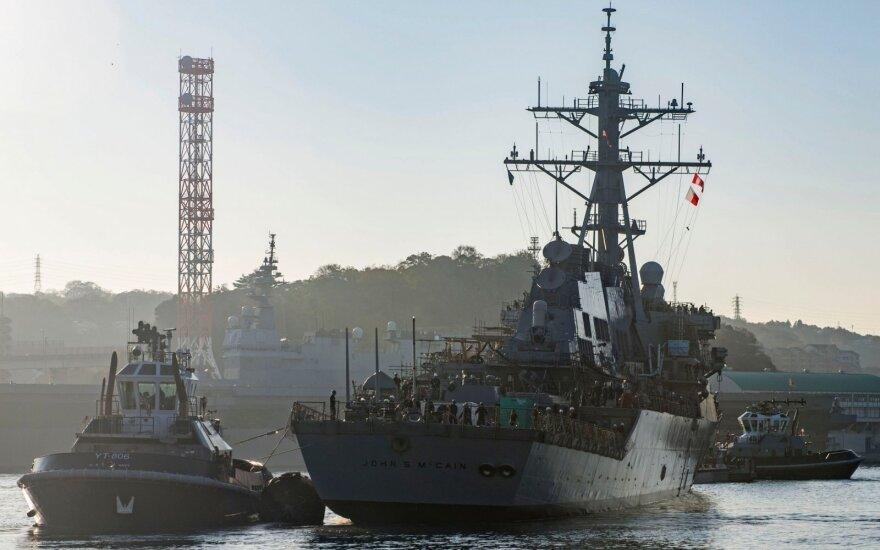 Pentagonas: Baltieji rūmai prašė paslėpti J. McCaino vardo laivą nuo prezidento