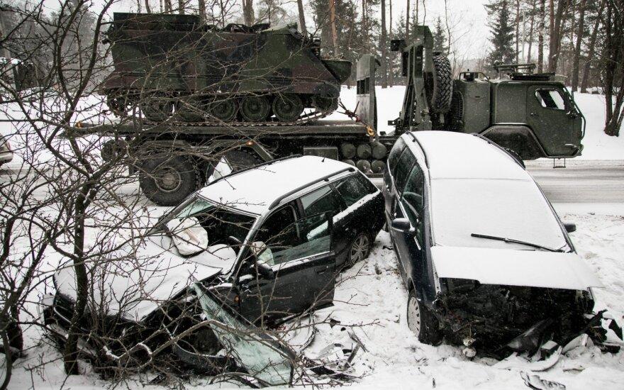 Nemenčinės plente susidūrė automobiliai, policija įspėja, kad keliai labai slidūs