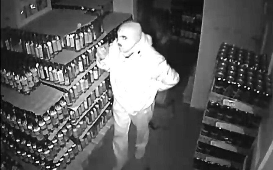 Trys kaukėti asmenys apvogė parduotuvę, darbuotoja buvo laikoma jėga