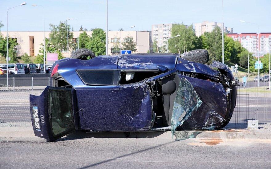 Vilniuje girta kompanija sukėlė avariją: 4 žmonės ligoninėje, automobiliai sumaitoti
