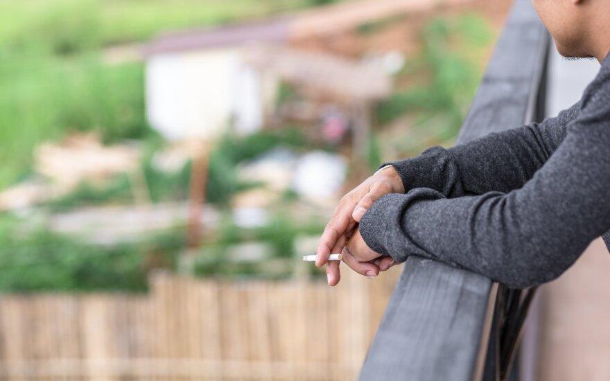 Paaiškino, kaip veiks draudimas rūkyti daugiabučių balkonuose: yra trys keliai