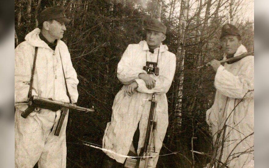 Algimanto apygardos vadovybė. Iš kairės: organizacinio skyriaus viršininkas Aleksandras Matelis-Audenis, apygardos vadas Antanas Starkus-Montė ir apygardos štabo viršininkas Albinas Pajarskas-Bebras. 1949 m (LGGRTC Genocido aukų muziejaus fondo nuotr.)