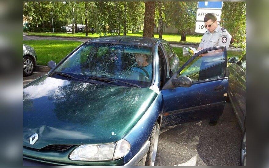 Girtas vairuotojas automobilį pastatė prie komisariato vadovų mašinos