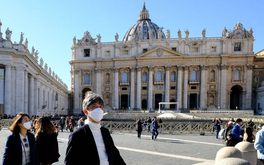 Vatikanas nutraukia du mėnesius trukusias popiežiaus mišių transliacijas