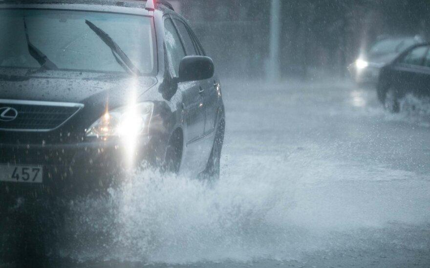 Pasitikrinkite, ar mokate vairuoti per lietų: kai kuriuos sustabdo netgi gilesnė bala