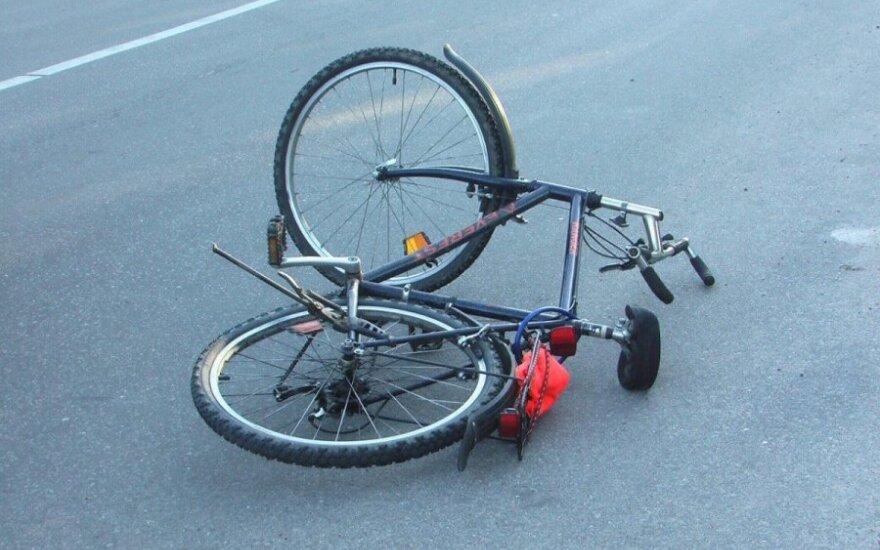 Partrenkęs ir į namus parvežęs dvratininkę vairuotojas tikino, kad pats patyrė šoką