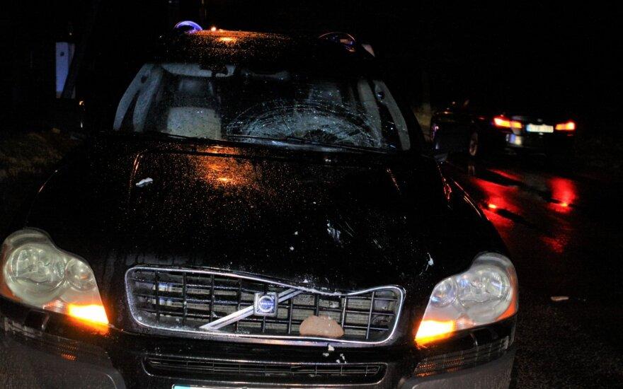 Vilniaus pakraštyje iš tamsos į kelią išbėgusią moterį mirtinai partrenkė visureigis