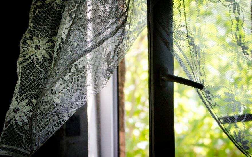 Kauno r. pro langą iššokęs ir bandęs pabėgti vyras sužalojo policininką