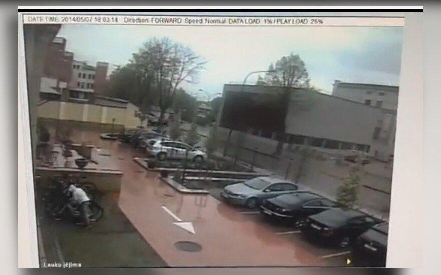 Viešbučio kameros nufilmavo: kelios sekundės ir vagis numynė svetimu dviračiu