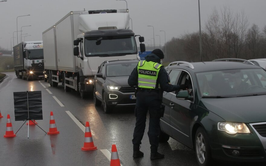 Kaune policija tikrina vykstančius į miestą