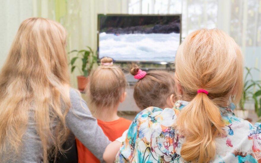 Namiškiai žiūri televizorių
