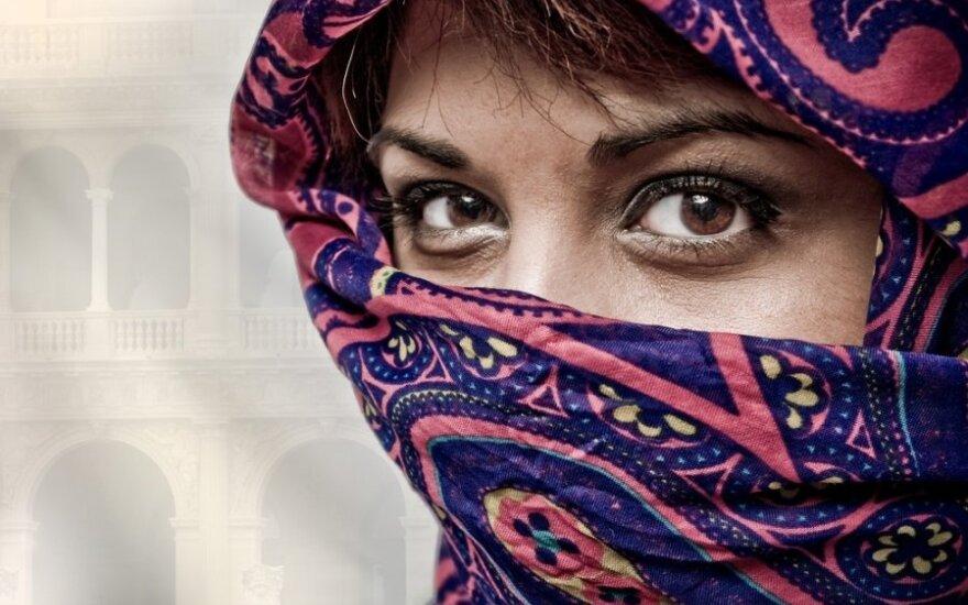 Iš Paryžiaus operos išprašyta čadrą dėvinti moteris