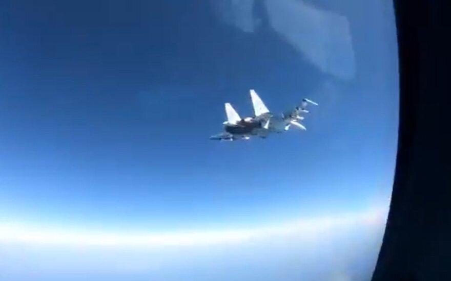 Rusų naikintuvas pavojingai manevravo prie JAV lėktuvo