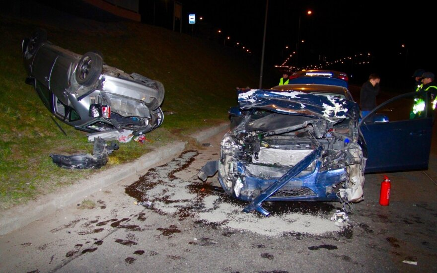 Vilniuje per avariją apvirto automobilis, užtverta Geležinio Vilko gatvė