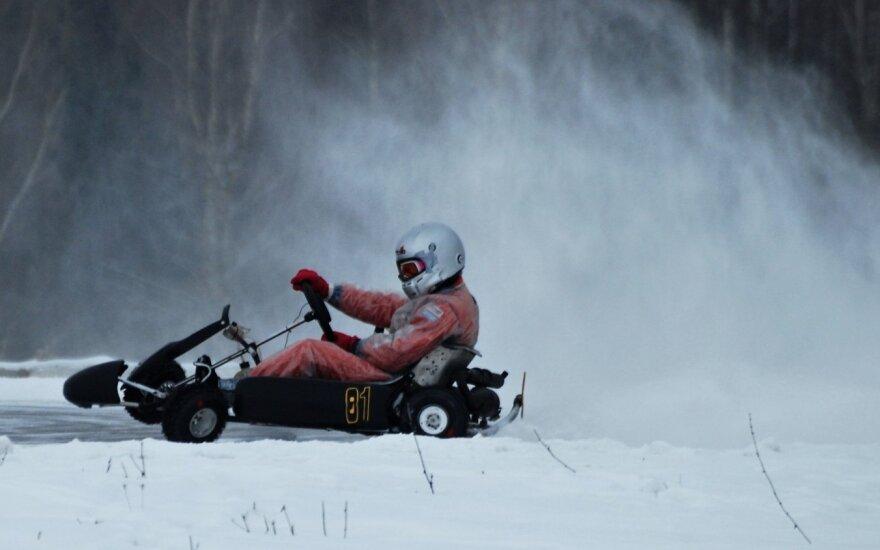Kartingo lenktynininkai Anykščiuose kėlė sniego pūgą
