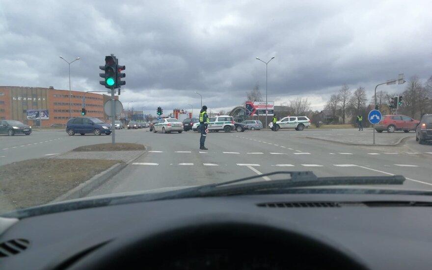 """Šiauliuose sužalota policininkė, dirbusi avarijos vietoje – """"Opel"""" vairuotojas užsižiūrėjo į apdaužytus BMW"""