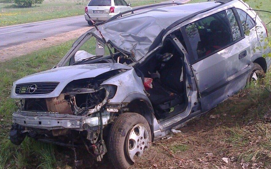 Anykščių r. po avarijos ugniagesiai iš automobilio vadavo vairuotoją