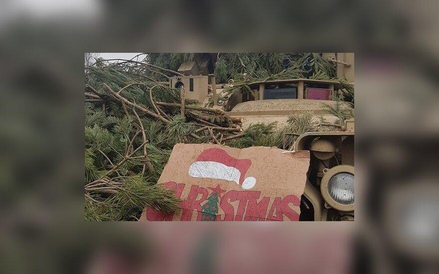 Pratybos gali būti ir tokios: JAV tankų kovinio šaudymo pratybose lietuviai kartu puošė Kalėdų eglutę