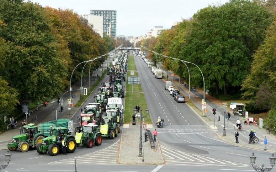 Berlyno centrą traktoriais blokavo protestuojantys ūkininkai