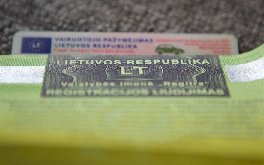 Seimo nariai siūlo paprastinti tvarką: vairuotojams užtektų vežiotis vieną dokumentą