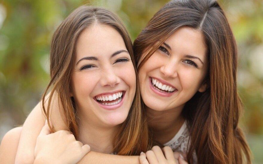 15 privalumų, jeigu turite vyresnę seserį