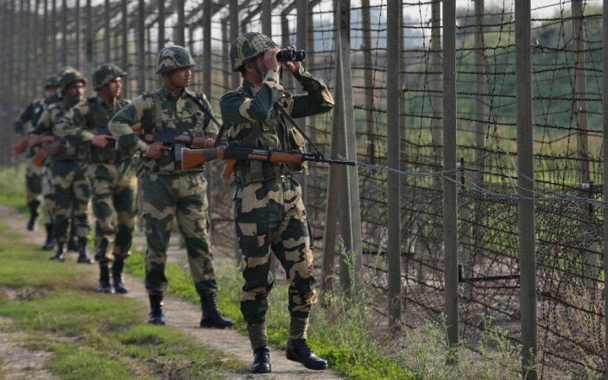 Indijos pasienio apsaugos pajėgų kariai patruliuoja Kašmyre
