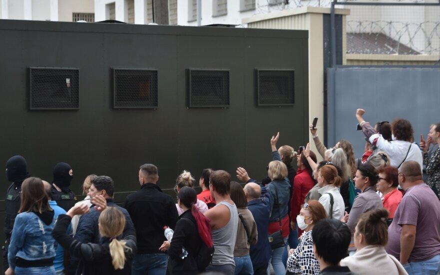 Prie izoliatoriaus Minske – šimtai verkiančių žmonių: girdi, kaip viduje šaukia mušami sulaikytieji