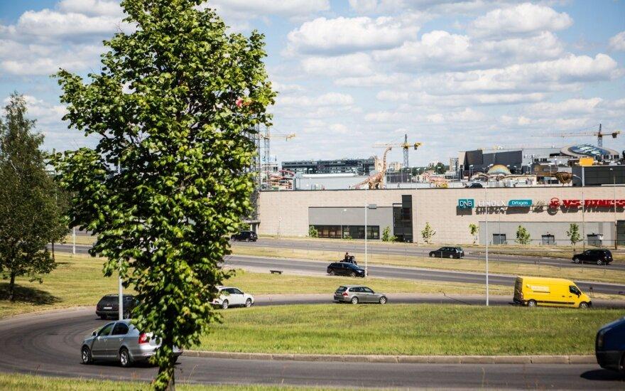 Vilniečius stebina reginys ant prekybos centro stogo