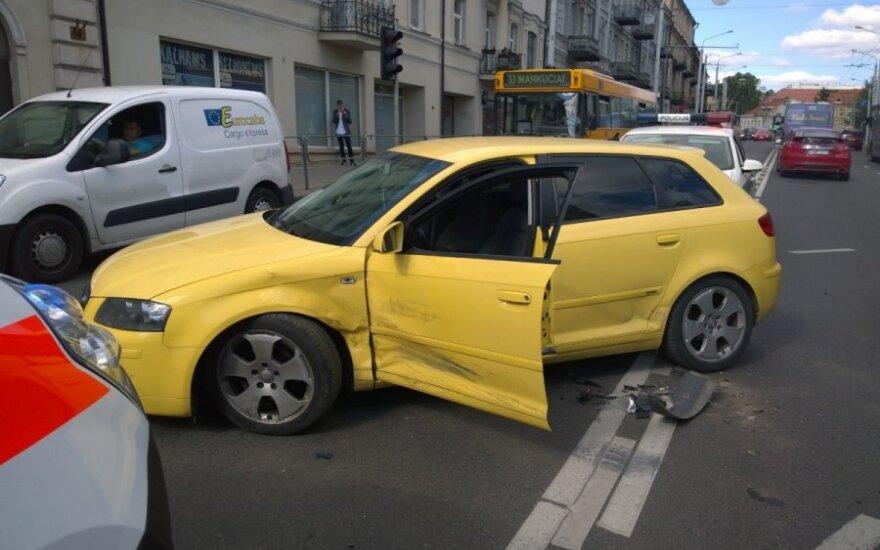 """Vilniuje po """"Renault"""" ir """"Audi"""" susidūrimo mergina išvežta į ligoninę"""