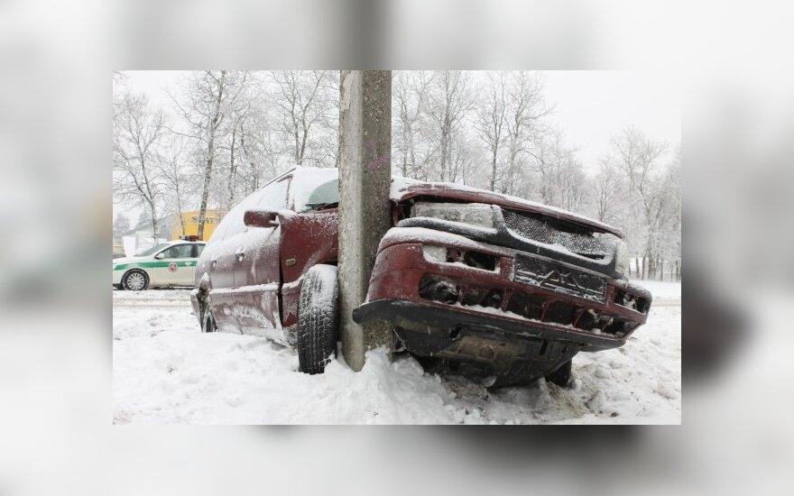 Vilniuje per valandą keturi automobiliai rėžėsi į stulpus