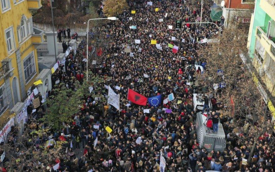 Albanijoje tūkstančiai studentų surengė didžiausią protestą prieš mokestį už mokslą