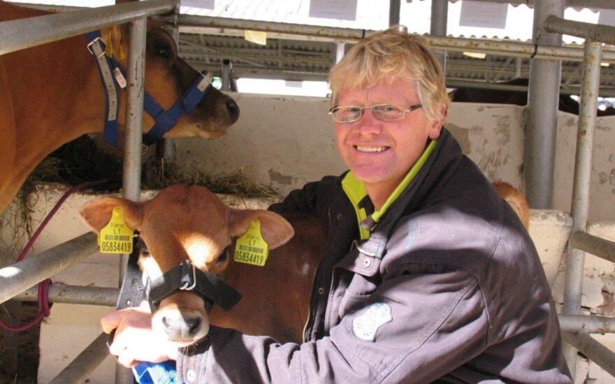 Ūkininkas karvėms melžti naudoja elektroniką