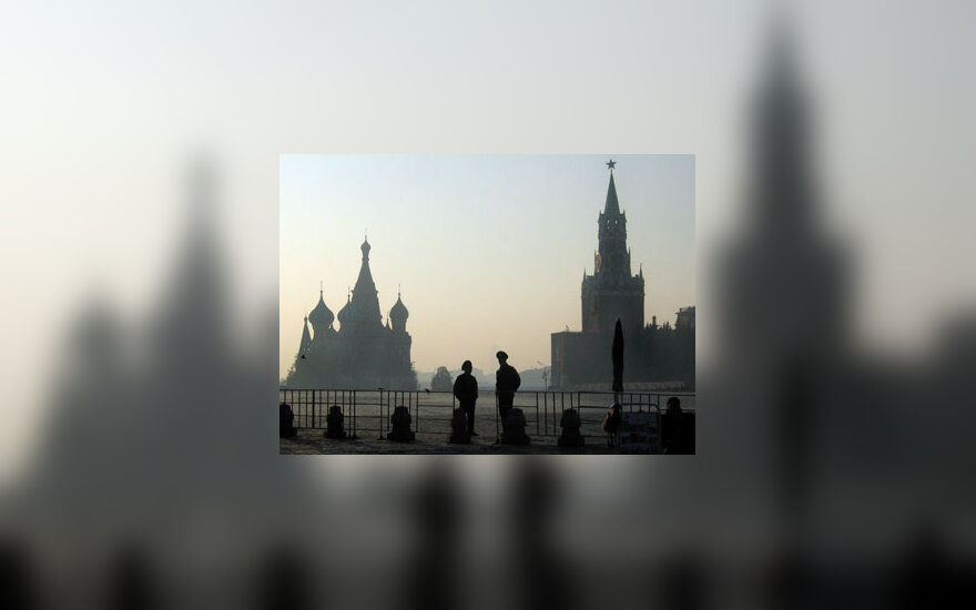 Raudonojoje aikštėje Maskvoje budi du Rusijos milicininkai.