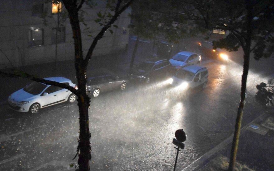 Paryžiuje dėl smarkių liūčių uždarytos metropoliteno stotys