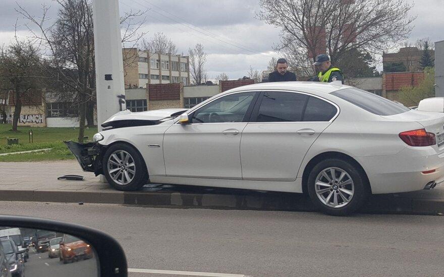 Vilniuje BMW vairuotojas rėžėsi į stulpą