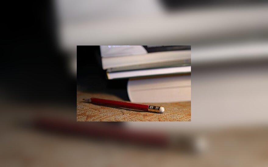 Užrašai, pieštukas, knygos, studijos, mokslai